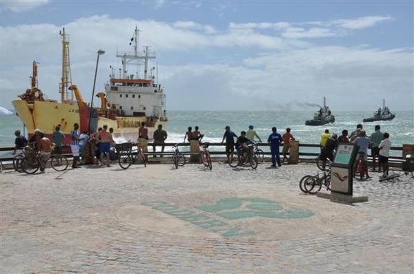 Draga continua encalhada na praia da Redinha; fato chama atenção de curiosos