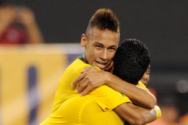 Neymar marca o primeiro gol e comemora junto com André Santos, autor do excelente cruzamento