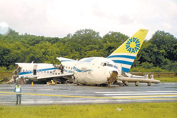 Imagens Raio Aeroporto : Raio atinge avião que se parte ao fazer pouso forçado