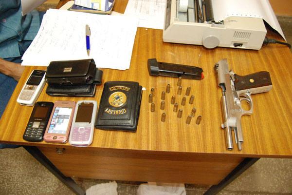 Além da pistola calibre 9mm e outros objetos, havia uma carteira do Ministério Público Estadual