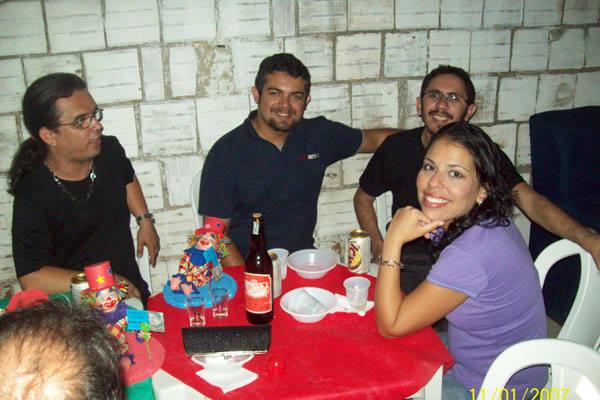 Professora universitária Regiane Paiva em momento descontraído com os amigos mossoroenses