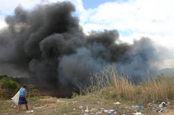 Incêndio em um lixão clandestino no Guajirú, distrito de São Gonçalo do Amarante.