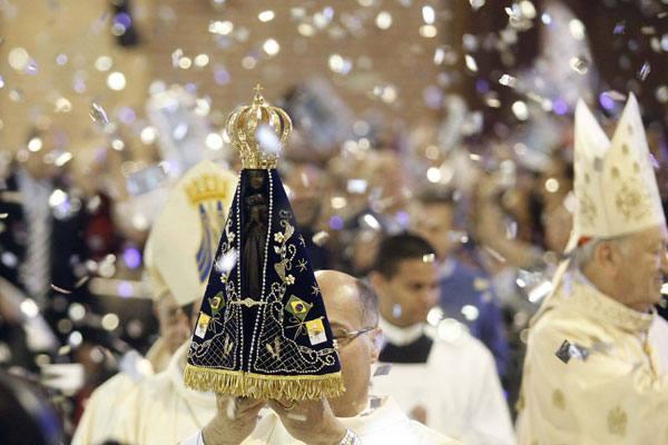 Imagem de Nossa Senhora Aparecida, padroeira do Brasil, é símbolo de devoção para milhares de fiéis em todas as partes do país