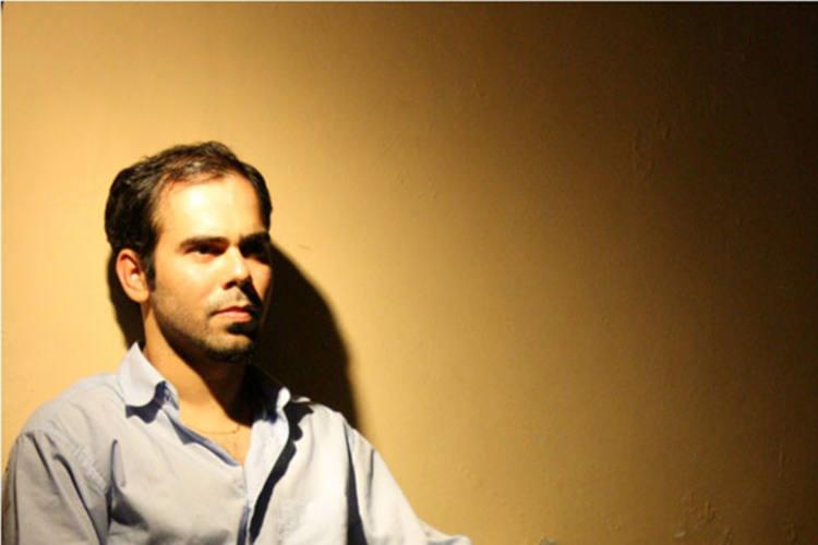 Ator potiguar radicado em São Paulo, João Júnior transforma suas vivências no projeto Portar(ia) o silêncio: um experimento não dramático existencial, com o qual foi contemplado com o Prêmio Myriam Muniz de Teatro