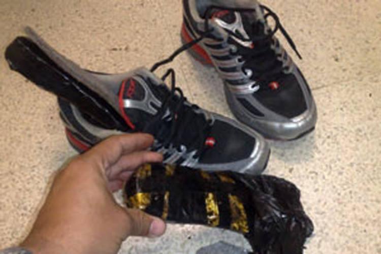 Boliviano levava pasta base de cocaína no solado do tênis