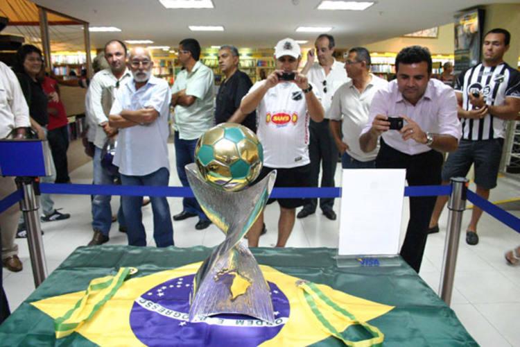 Mesmo faltando a partida decisiva contra o Ituiutaba, os torcedores alvinegros não perderam tempo e foram visitar a taça do Campeonato Brasileiro da Série C. Troféu será entregue amanhã, no Frasqueirão