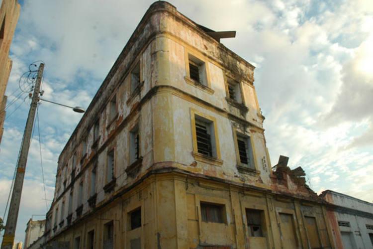 Mesmo em péssimas condições, prédio do antigo cabaré Arpege, na Ribeira, foi tombado pelo Iphan