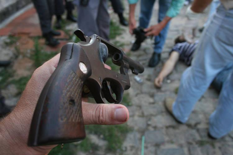 De acordo com os policiais, o acusado Marcos André Lopes estava com um revólver calibre 38