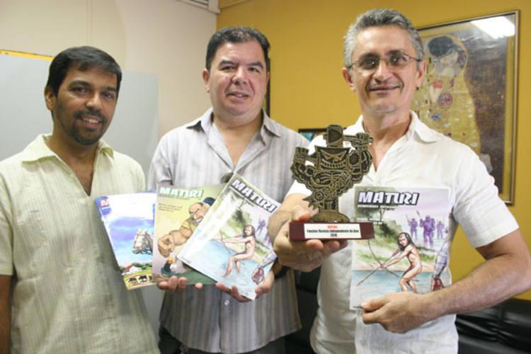 Sem se verem há algum tempo, Marcio Coelho, Williandi e Gilvan Lira se encontram para festejar o prêmio da Maturi, resvista criada pelo trio
