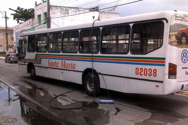 Ônibus da linha 48 foi alvo da ação de criminosos na noite desta terça-feira