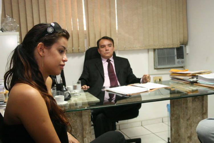 A empresária Thanara Brenna e seu advogado, Cirus Benavides
