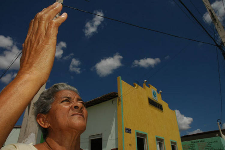 Maria das Neves Bezerra ficou desabrigada em 2008 e desde então, todos os dias, reza para que a cidade não presencie um novo temporal como o que ocorreu há dois anos