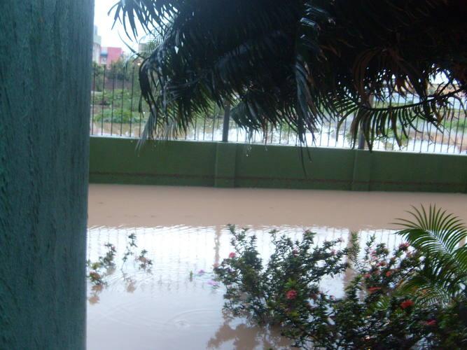 Moradores temem que chuva continue e água invada apartamentos do térreo