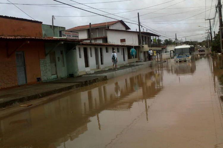 Ônibus ficou parado no alagamento na avenida dos Xavantes