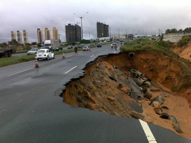 Segundo a PRF, a crateria teria sido resultado da erosão causada pelo rio Pitimbu, que passa logo abaixo do trecho danificado