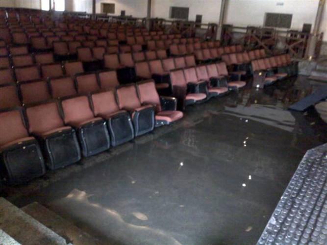 Água entrou pela porta da frente e se acumulou abaixo do palco