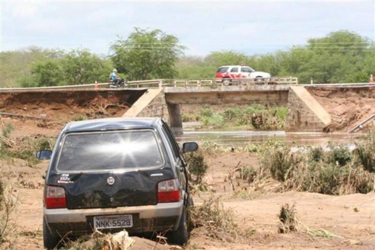 Carro foi levado pela força da água em Tangará