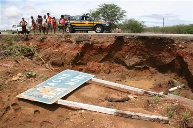 Força da chuva danificou trecho da ponte sobre o rio Sem Nome, na BR 226, em Tangará