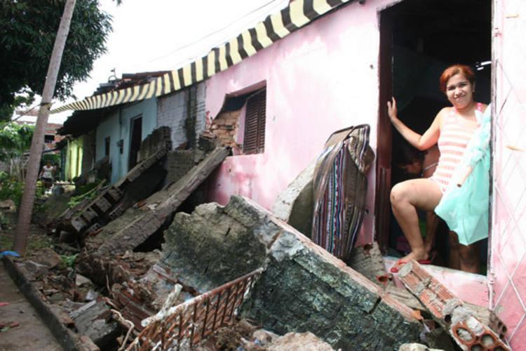 Muro caiu sobre casas na rua dos Tororós