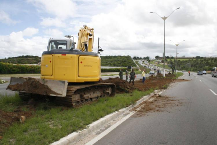 Máquina é utilizada para abrir caminho no canteiro central da BR-101