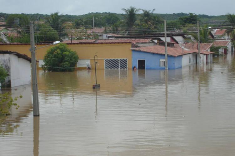 Represadas por diques erguidos no tempo da construção da Barragem Armando Ribeiro Gonçalves, as águas da chuva subiram um metro e meio, invadindo 89 casas do conjunto do Dnocs