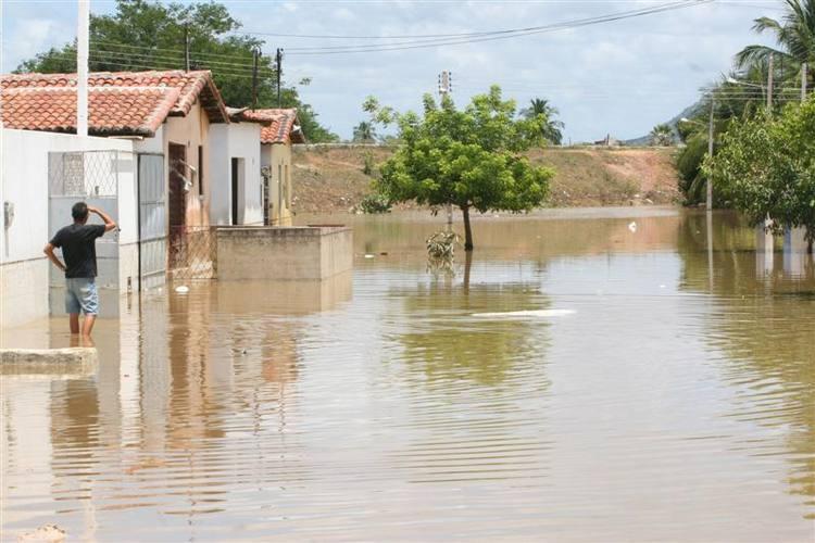Água está baixando, mas moradores ainda não puderam retornar às casas durante a manhã desta quarta-feira