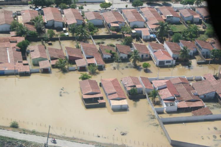 Ao todo, 135 casas da Vila Santa Izabel e conjunto do Dnocs foram inundadas e as famílias tiveram que deixar suas residências, levando só a roupa do corpo