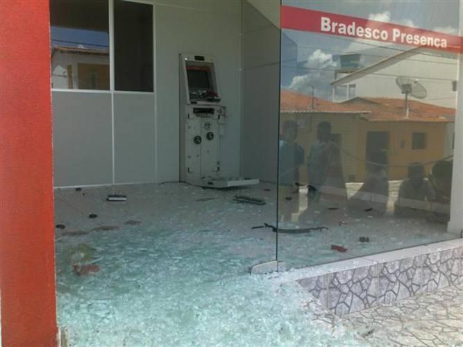 A explosão provocada pelos criminosos não foi capaz danificar o caixa para que a bandeja onde o dinheiro é guardado fosse retirada