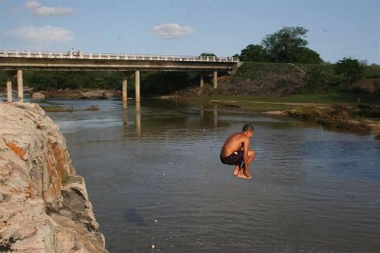 Ponte sobre o rio Trairi, em Boa Saúde, está com estrutura comprometida e pode desabar em caso de chuva forte