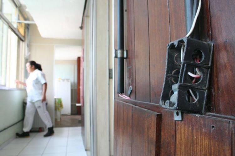 Nenhuma repartição pública do governo do Estado tem o aval dos Bombeiros que garante as boas condições de segurança aos imóveis. A precariedade é inegável, como foi registrada ontem, no prédio da Sesap.