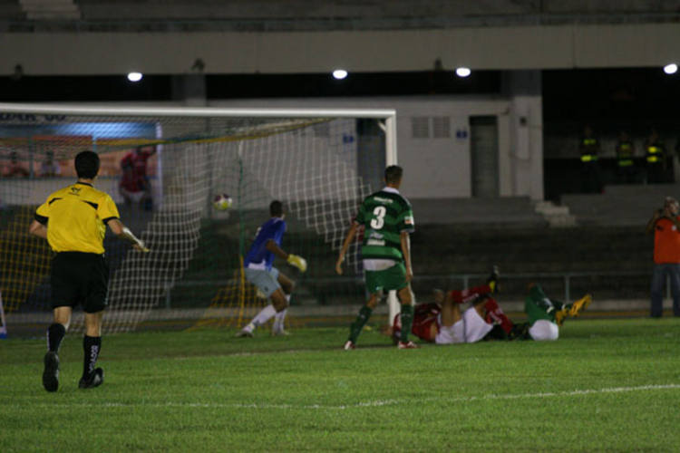 O América conseguiu furar o forte bolqueio imposto pelo Alecrim e fez 1 a 0 no clássico do Machadão