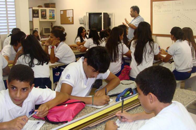Estudantes comparecem ao núcleo educacional semanalmente