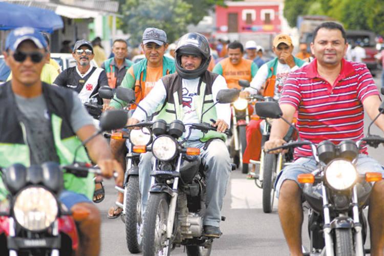 O uso do capacete é obrigatório para condutores e passageiros de motocicletas. Sem fiscalização, essa regra é esquecida no interior
