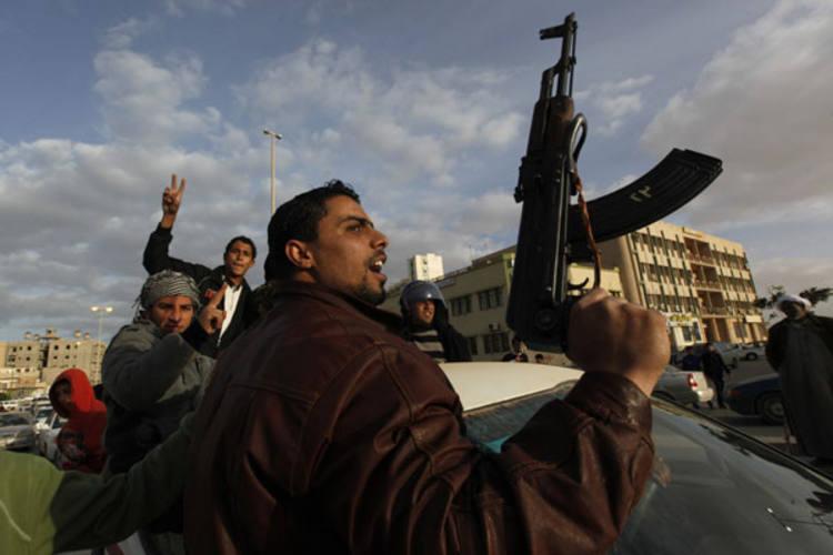 Portando armas de grosso calibre, opositores do governo realizam protesto na cidade de Trobuk