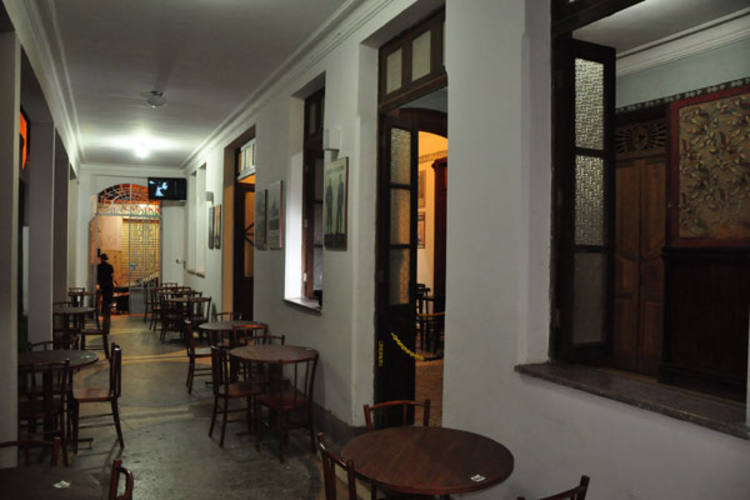 O Consulado Bar é fruto do tino comercial dos irmãos Sérgio e Ricardo Teixeira aos interesses de resgate e revitalização do bairro da Ribeira por parte do historiador Leonardo Barata – o atual proprietário do casarão
