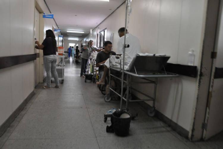 Pacientes em macas nos corredores do Hospital Walfredo Gurgel são  uma das chagas da saúde pública do Rio Grande do Norte