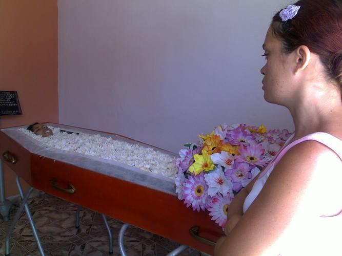 Elaine Santos de Medeiros, de 19 anos, foi morta pelo ex-namorado a cerca de 150 metros de sua residência, na rua Isabel de Brito Lima, em Igapó