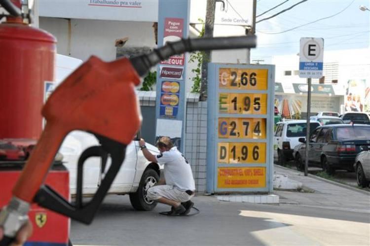Pelas ruas da cidade ainda é possível encontrar postos vendendo gasolina a R$ 2,66 - uma diferença de R$ 0,26 com relação ao preço cobrado na maioria dos postos