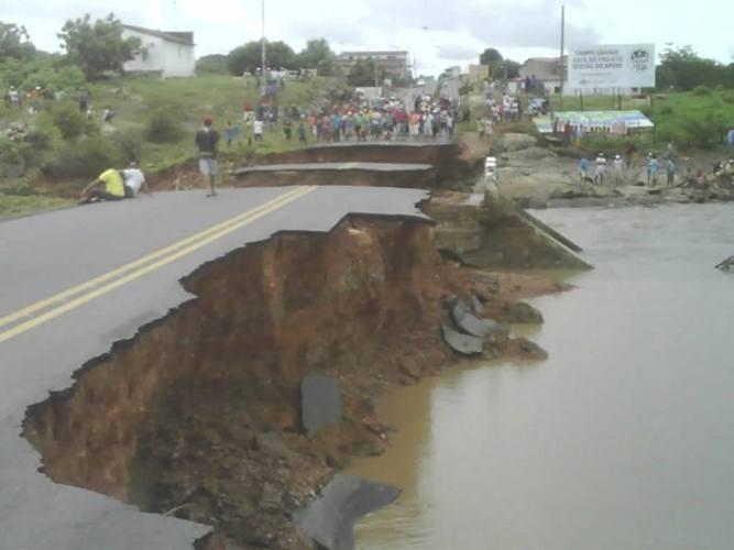 Ponte foi destruída pelas fortes chuvas que caíram na madrugada