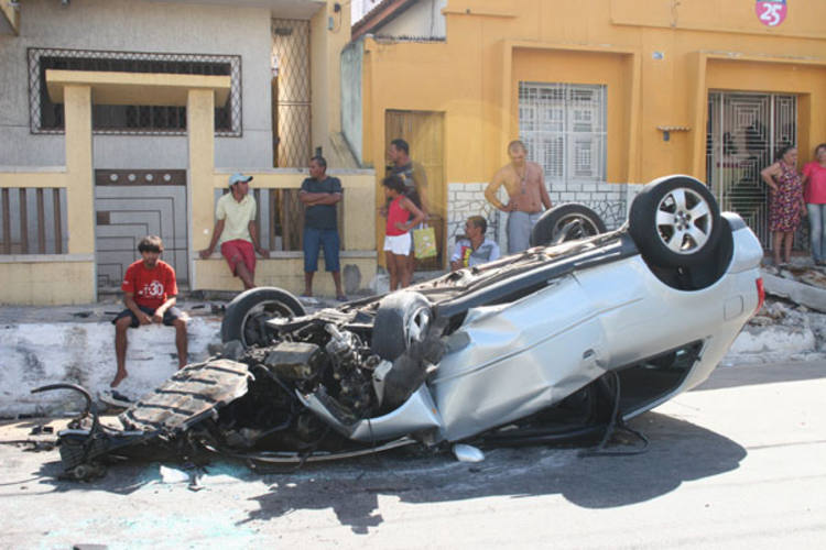 Jovem guiava o carro no início da manhã de domingo no bairro de Petrópolis, em Natal, quando perdeu o controle. Felizmente, nesse caso, não houve vítima fatal