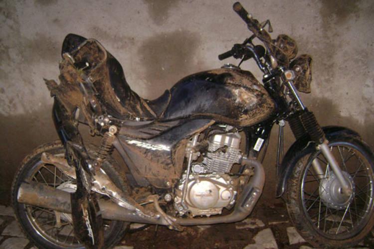 Motocicleta utilizada pelos bandidos foi encontrada pelos policiais na estrada