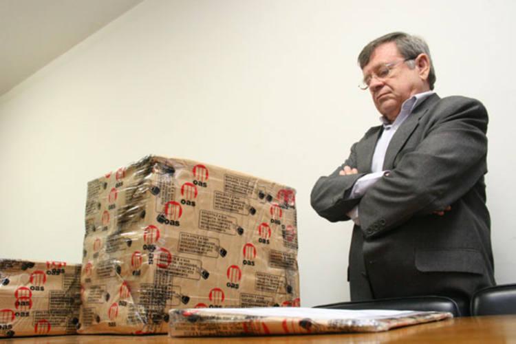 O secretário da Secopa, Demétrio Torres e os representantes da Comissão de Licitação do Estado, receberam os volumes com a proposta da construtura baiana OAS