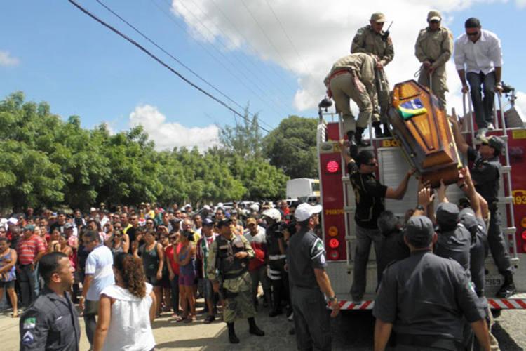 População lotou as ruas para acompanhar o cortejo do policial morto