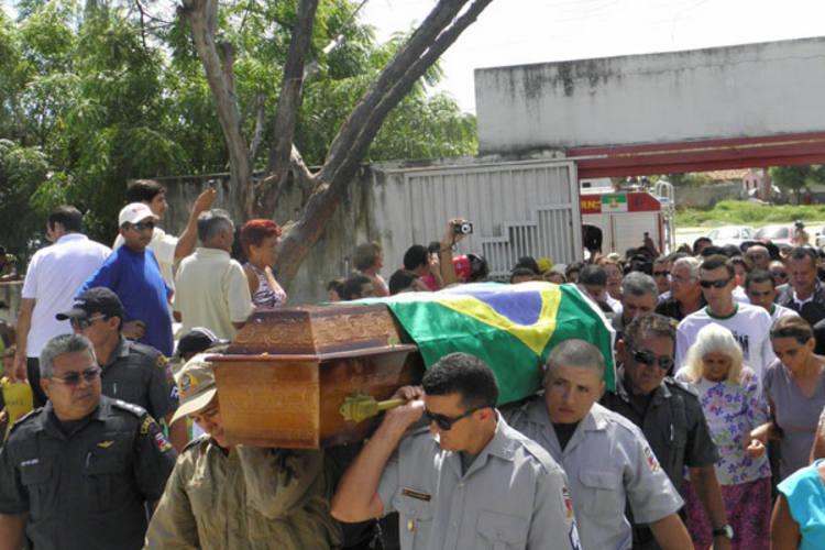 Policiais levaram o caixão do companheiro de farda até o túmulo