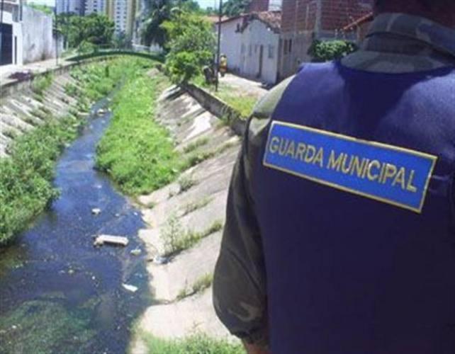 Agentes da Guarda Municipal foram acionados pelo (Ciosp) e abordaram carroceiros que despejavam restor de poda no Canal do Baldo