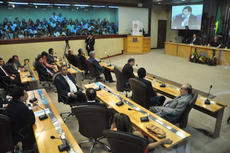 Deputados vão decidir se apreciam em regime de urgência o projeto de garantias aos empréstimos