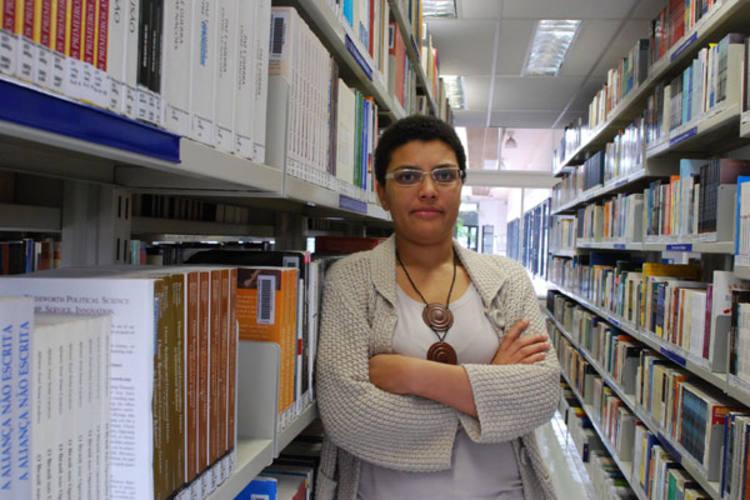 Denilde Oliveira Holzhacker é mestre e doutora em Ciência Política pela Universidade de São Paulo