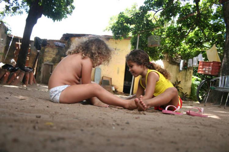 A brincadeira na areia ocupa o lugar da escola. Marcela,  5 anos, se distrai alheia aos problemas do CMEI onde estuda, o Stela Lopes, em Nova Natal. Por lá, as salas estão desertas. Mesmo que os professores retomem as aulas amanhã, o Centro provavelmente não funcionará. Faltam professores e verbas para manter a unidade.