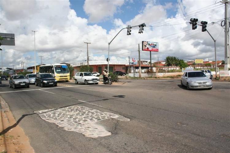 Buraco na av. João Medeiros Filho (Estrada da Redinha)proximo ao sinal de trânsito da entrada da rua Moema Tinoco Filho(Acesso a praia de Genipabu).