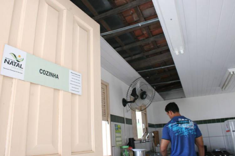 Teto da cozinha da escola Tereza Satsuqui, no bairro Planalto, está caindo. Pais estão revoltados com a falta de estrutura da unidade